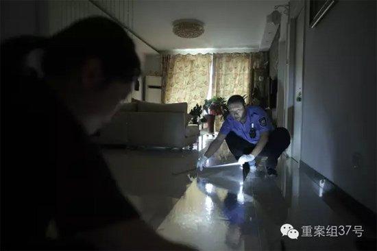 7月27日 丰台枫竹苑小区 办案民警正在失主家中提取犯罪嫌疑人鞋印。 新京报记者 彭子洋 摄
