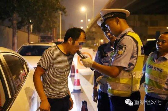 7月28日晚,朝阳区白家楼桥下,朝阳交通支队双桥大队的民警,正在对过往司机进行酒驾检测。 新京报记者 尹亚飞 摄