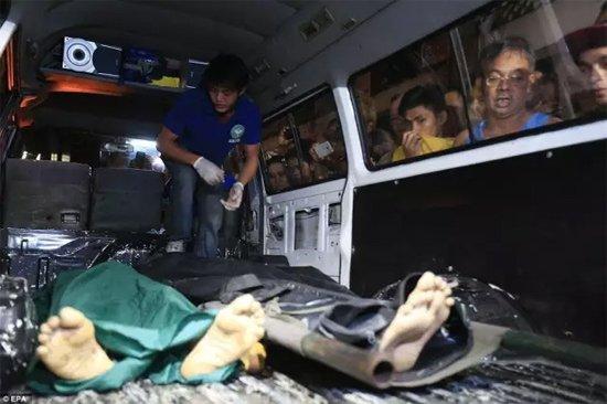 马尼拉民众围观警察在一次缉毒行动中打死的嫌犯尸体。