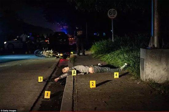 马尼拉街头的死者。