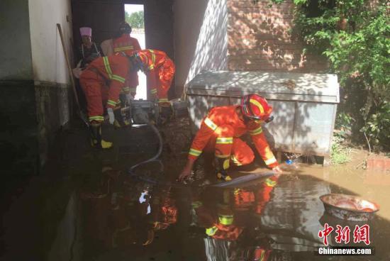 甘肃遭暴雨袭击万余人受灾 一周多降水易引地质灾害