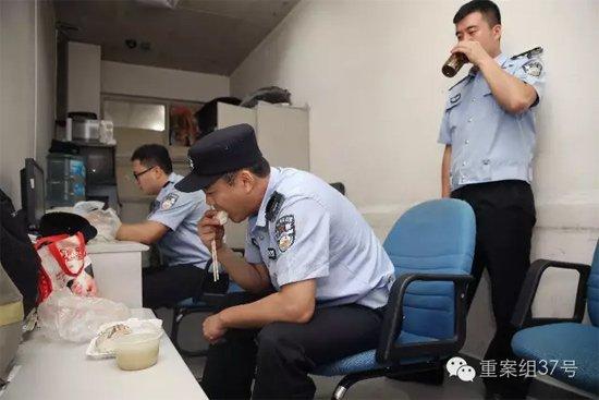 天通苑北地铁站。早高峰过了,民警才回到站内警务室吃早餐。 新京报记者 尹亚飞 摄