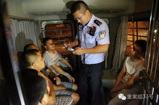 7月28日晚,朝阳区白家楼桥下,朝阳交通支队双桥大队的民警,正对几名涉嫌酒驾的司机逐一进行检测。 新京报记者 尹亚飞 摄