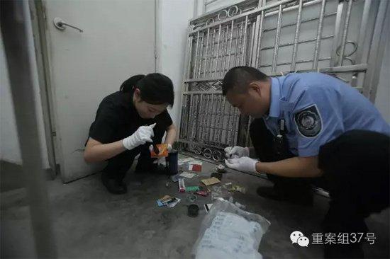 7月27日,丰台枫竹苑小区,办案民警正在对犯罪嫌疑人丢下的物品进行指纹提取。 新京报记者 彭子洋