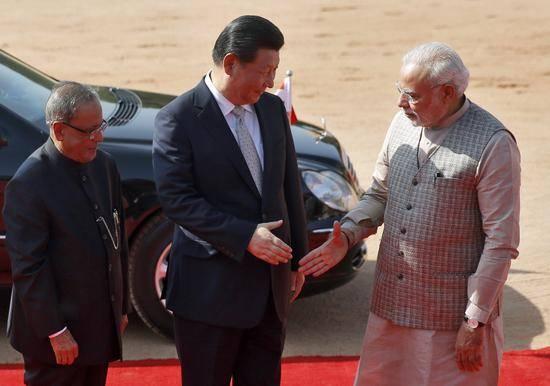 2014年,印度总理莫迪(右)与习近平握手。印度总统穆克吉(左)为习近平举行了隆重的欢迎仪式。