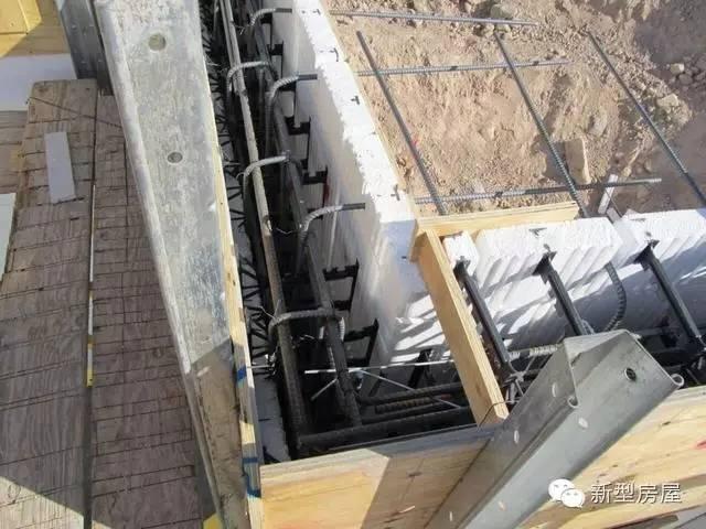 地下室部分采用eps模板剪力墙结构,不仅坚固防潮,保温效果也是传统