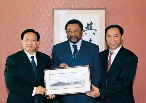温州市委和鹿城区领导与时任加蓬外长的让·平在一起。