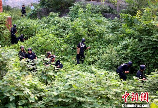 图为警察搜捕现场。 新乡警方供图 摄