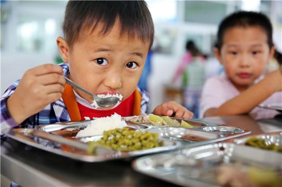 改进该区中小学,幼儿园学生食堂,向学生,社会公开展示学校食堂的进货图片