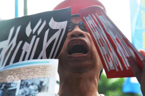 """台湾监督年金改革行动联盟发起的九三大游行3日下午登场,上万军公教及退休人员走上街头,高喊""""反污名,要尊严""""的口号。""""中央社""""记者孙仲达摄"""