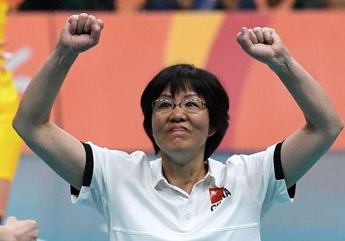 8月20日,中国队主教练郎平庆祝胜利。当日,在2016年里约奥运会女子排球决赛中,中国队以3比1战胜塞尔维亚队,夺得冠军。新华社记者蔺以光摄
