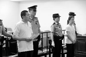 今天,马某(左一)和老婆韩某(右二)在海淀法院受审,面临自诉构造的控告,二人均不认罪。通信员 李森/摄