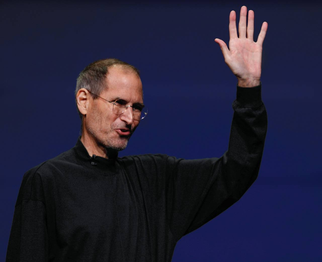 乔布斯在2011年3月2日举行的iPad2发布会上向观众挥手。这是乔布斯出席的最后一次发布会,他于7个月后离开人世。