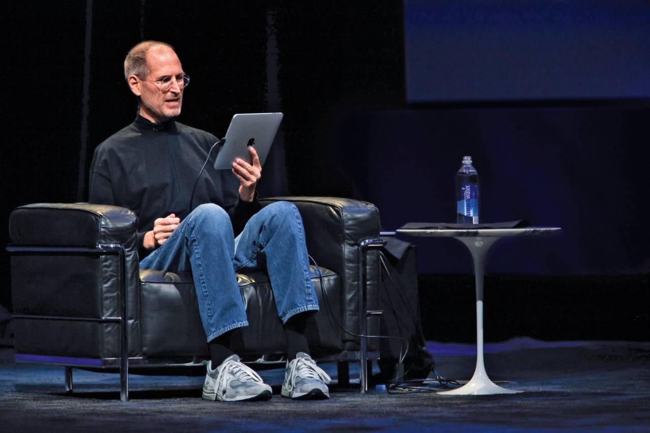 乔布斯的每一次演讲都经过了精心的编排,2010年iPad发布会更是如此。舞台上舒适的布置突出了iPad操作简便的特点,然而,乔布斯坐在沙发上演讲也说明了他的身体状况并不好。