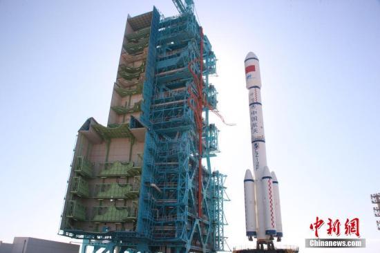 9月14日消息,中国天宫二号空间实验室计划于9月15日到20日之间择机发射。目前天宫二号空间实验室与长征二号F T2火箭已垂直转运至发射塔架。孙浩 摄