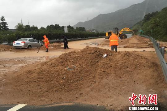 """9月15日,受台风""""莫兰蒂""""影响,福建南惠高速惠安往南安方向、过泉州北出口主线处溜方,正在抢修中。 夏林 摄"""