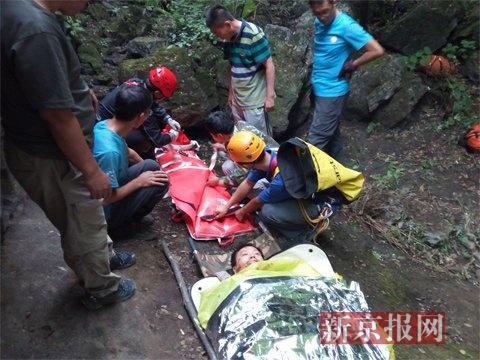营救现场陡崖溜索转运伤员。营救职员供图