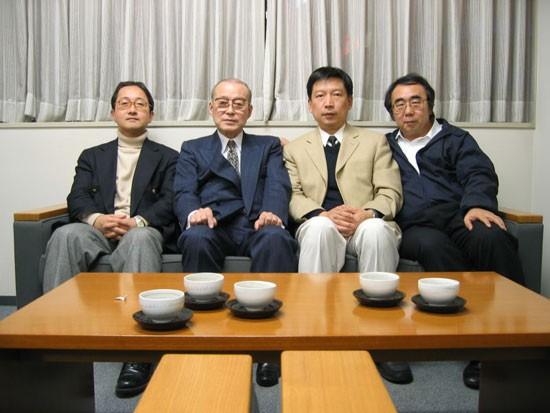 2004年12月7日,即将在东京高等法院出庭作专家证言前,管建强与731细菌战中国原告诉讼辩护团日本律师在东京的土屋公献律师事务所合影。左起荻野淳律师、土屋公献律师(731细菌战中国原告诉讼辩护团团长,前日本律师协会会长)、管建强、一濑敬一郎律师(731细菌战中国原告诉讼辩护团事务局长)。