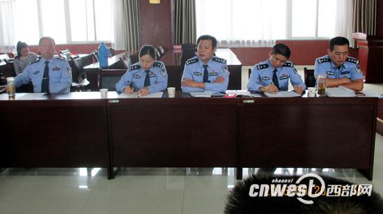 """西安交警联合安监部门开展""""早高峰交通拥堵情况通报教育会""""。"""