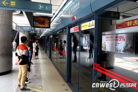 目前,地铁已成为西安市民重要的出行方式。