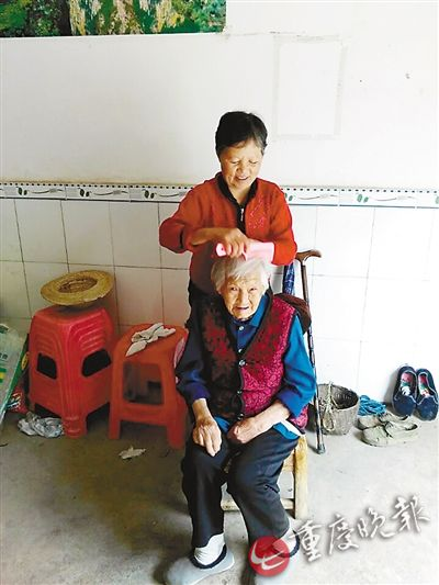邓生桂给婆婆梳头