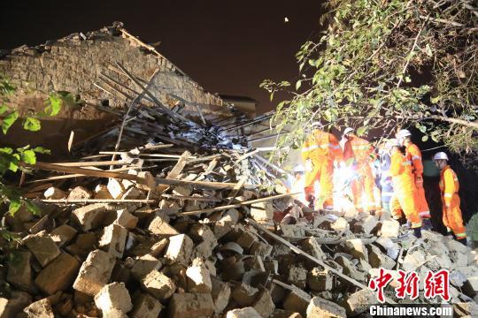 房屋倒塌致4人被埋压 废墟中父亲紧抱女儿(图)