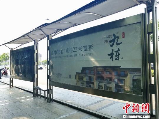 """郑州东区""""国投九栋""""项目在街面的广告宣称""""滨水墅院,国仕门第"""",同样涉嫌违规销售被通报。 董飞 摄"""