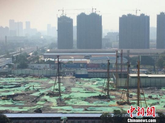 """郑州农业路西段""""亚新美好城邦""""项目刚动工即涉违规销售被房管部门通报,目前仍顶风加推。 董飞 摄"""