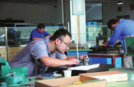 举行,来自渭南家政服务、焊工、数控车工等多行业的68名选手通过
