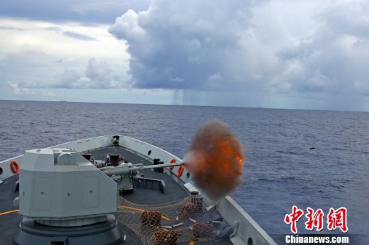 舰艇主炮对海射击。 钱宏 摄