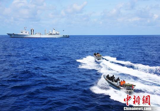 保交护航演练中,小艇高速出击。 钱宏 摄