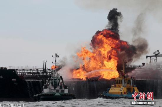 当地时间9月24日,墨西哥韦拉克鲁斯,墨西哥石油公司(Pemex)所属的一艘油轮在当地附近海域发生爆炸后起火,升起滚滚浓烟。