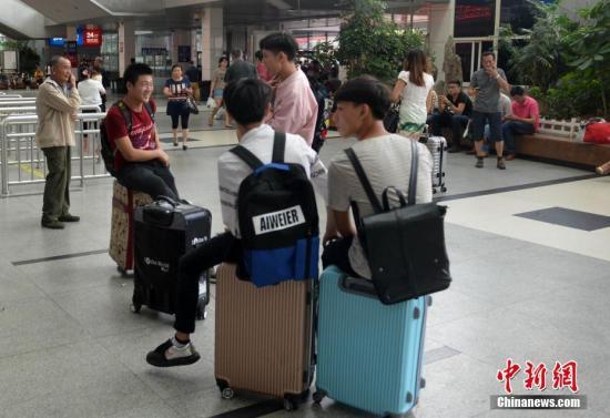 """9月27日,受今年第17号台风""""鲇鱼""""影响,由福州火车站开往厦门、深圳、上海、杭州、长沙等地动车组列车大面积停运。9月27日至29日,南昌铁路局福州客运段担当的动车组列车停运172趟,普速列车停运7趟。吕明 摄"""