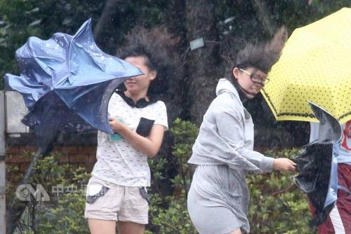 """台风""""鲇鱼""""来袭台湾超百万户停电 中部最严重"""