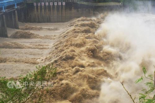 """台风""""鲇鱼""""登陆花莲 台湾北部及东半部风强雨大"""