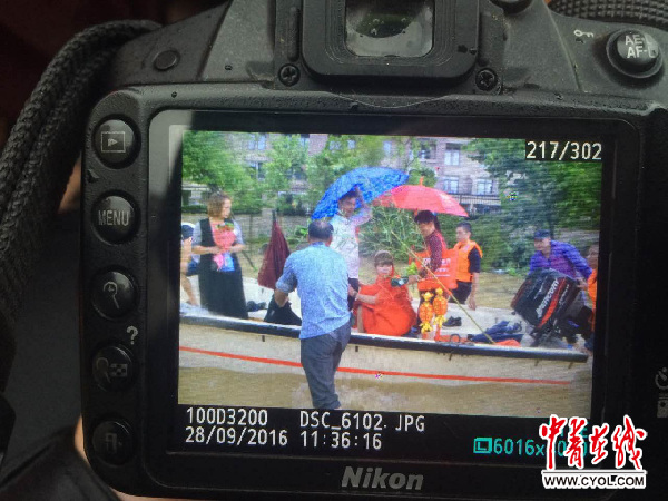 校媒记者曾玺凡拍摄的新娘出嫁照片
