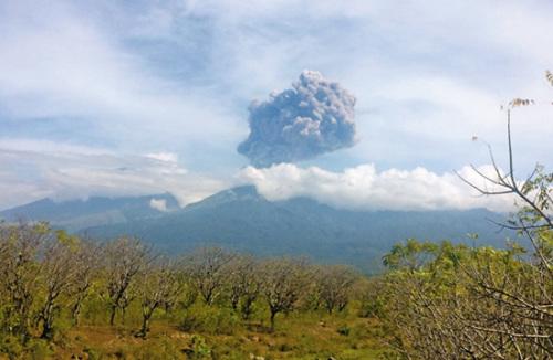 印尼火山爆发超250名登山客失联 多为外籍