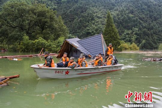 东部战区陆军第1集团军星夜驰援丽水遂昌山体滑坡灾区