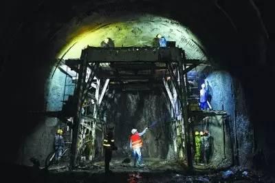京张高铁八达岭隧道里,施工正在紧张推进