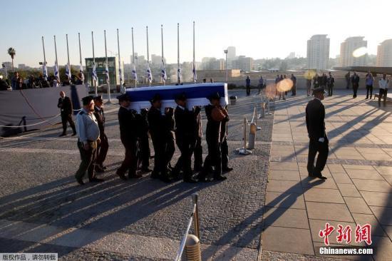 当地时间2016年9月29日,耶路撒冷,护卫队将佩雷斯的灵柩移送至议会广场。