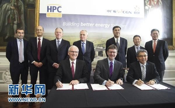 9月29日,在英国伦敦,法国电力团体(法电团体)总裁让·贝尔纳·莱维,英国商务、能源与产业计谋大臣格雷格·克拉克,我国广核团体(中广核)董事长贺禹(前排从左至右)到会签约仪式上。