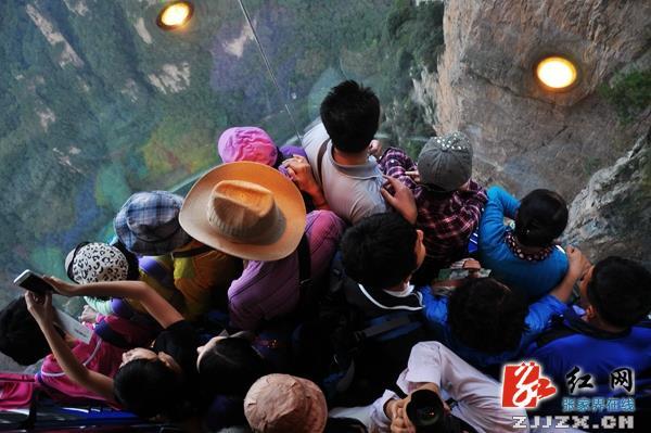 韩国游客在百龙天梯