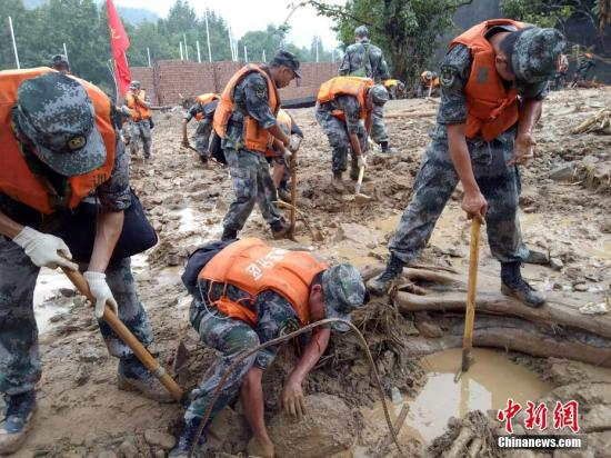 资料图:9月30日,浙江温州军分区官兵在文成县泥石流现场徒手搜救失踪人员。中新社发 余高斯 摄