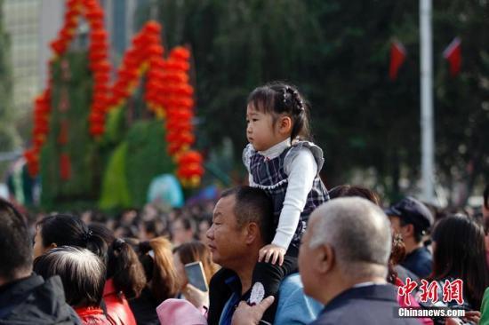 10月1日,新疆乌鲁木齐市国民广场举办升旗典礼,庆贺中华国民共跟国建立67周年。来自党、政、军、年夜中专院校先生、中小先生、平易近主党派、工商联等各方面代表千余人加入此次升旗运动。王小军 摄