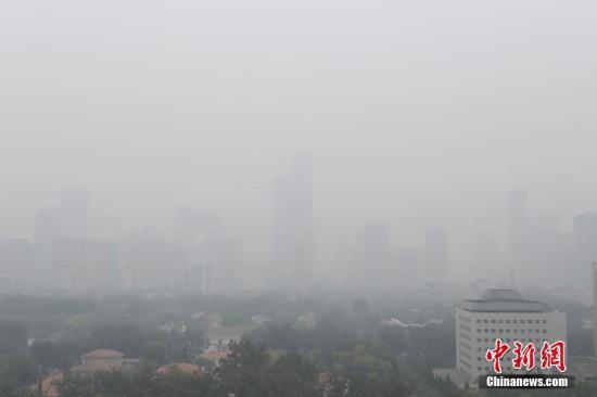 10月2日,北京市空气重污染应急指挥部办公室8时发布2016年下半年首个空气重污染黄色预警,预计未来两日北京将维持重度污染状态