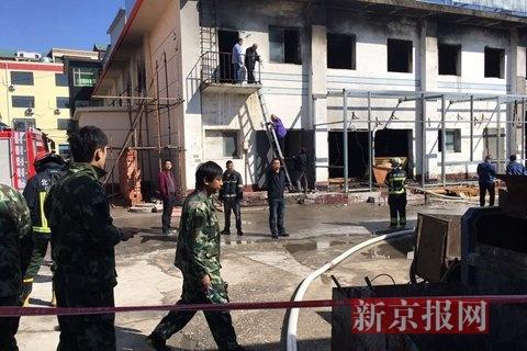 十里河建材城,消防职员在功课。新京报记者 王飞 摄