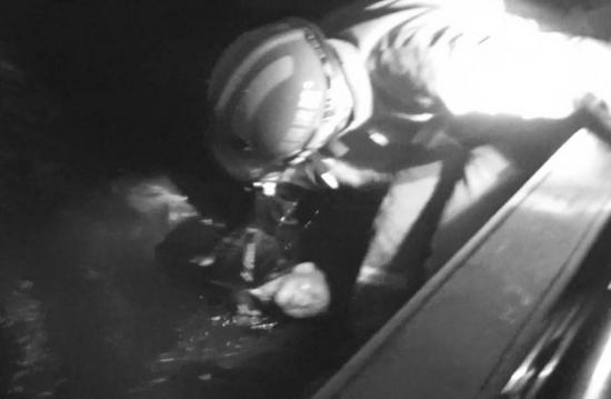 10月7日晚,�涞资�湫�V�觯�消防��T正在救起��入湖中的白叟。�D/通信�T�x慧芳