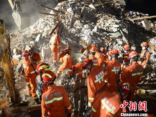 温州民房倒塌救援现场。 余根铃 摄