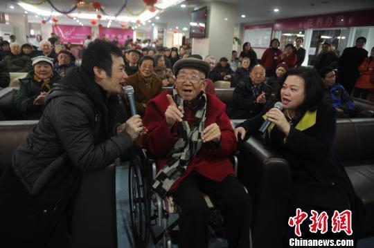 """2014年2月22日,被誉为""""词坛泰斗""""的庄奴老人在重庆医科大学附属第一医院青杠养护中心和老人们共度自己93岁生日。图为庄奴老人正在自己生日会上献唱。陈超 摄"""