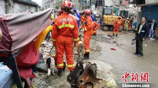 温州房屋倒塌救援现场。 杨青 摄